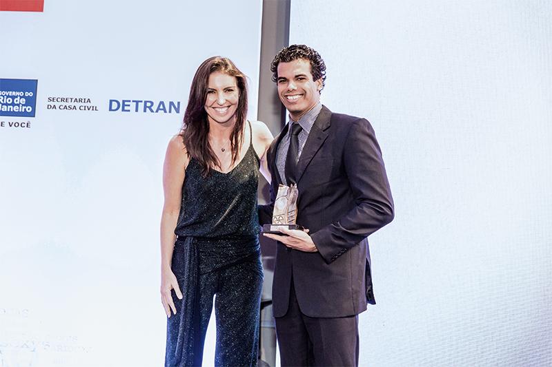 Glenda Koslowski entrega prêmio ao nadador André Brasil