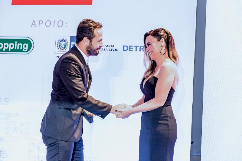 Suzana Pires entrega o prêmio a Marcelo Calero