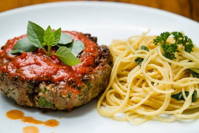polppettone-recheado-com-mozzarella-de-bufala-com-tomate-e-manjericao-e-spaghetti-na-manteiga-e-salvia.jpeg