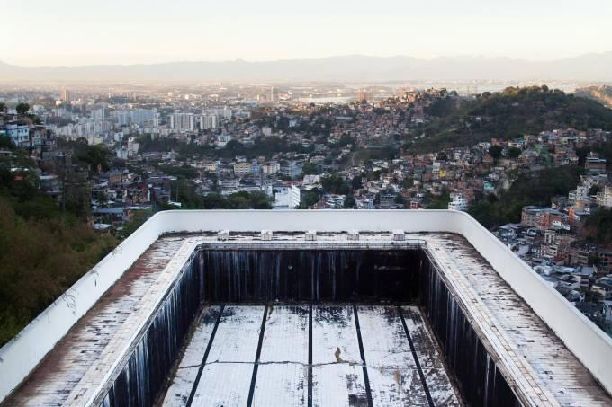 permanencias-e-destruicoes-piscina-desativada-do-edificio-raposo-lopes-santa-teresa-rj-credito-bernard-lessa.jpeg