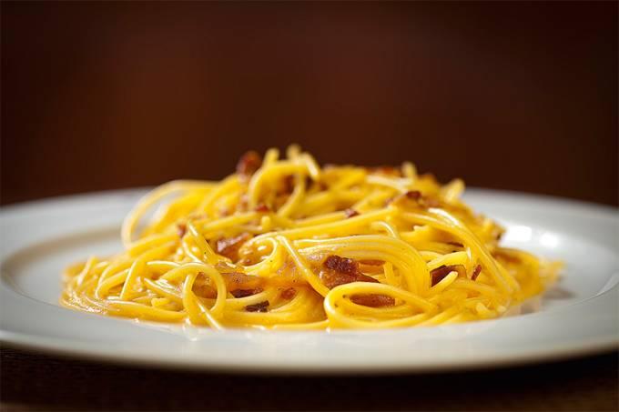 restaurantes-abre-sem-cotacao-_trattoria_spaghetti-alla-carbonara-spaghetti-com-parmesao-gema-de-ovo-e-guanciale-ou-pancetta-jpg.jpeg