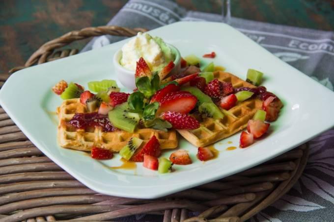 bistro-santa-satisfacao_waffle-com-calda-de-morango-frutas-secas-mel-e-chantilly_credito-alex-murtinho.jpeg