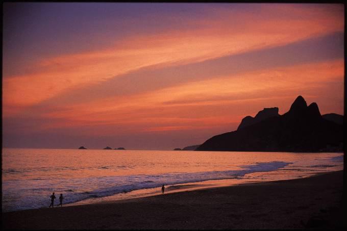 praia-de-ipanema-ao-por-do-sol-com-o-morro-dois-irmaos-e-pedra-da-gavea-ao-fund_-39505873.jpeg