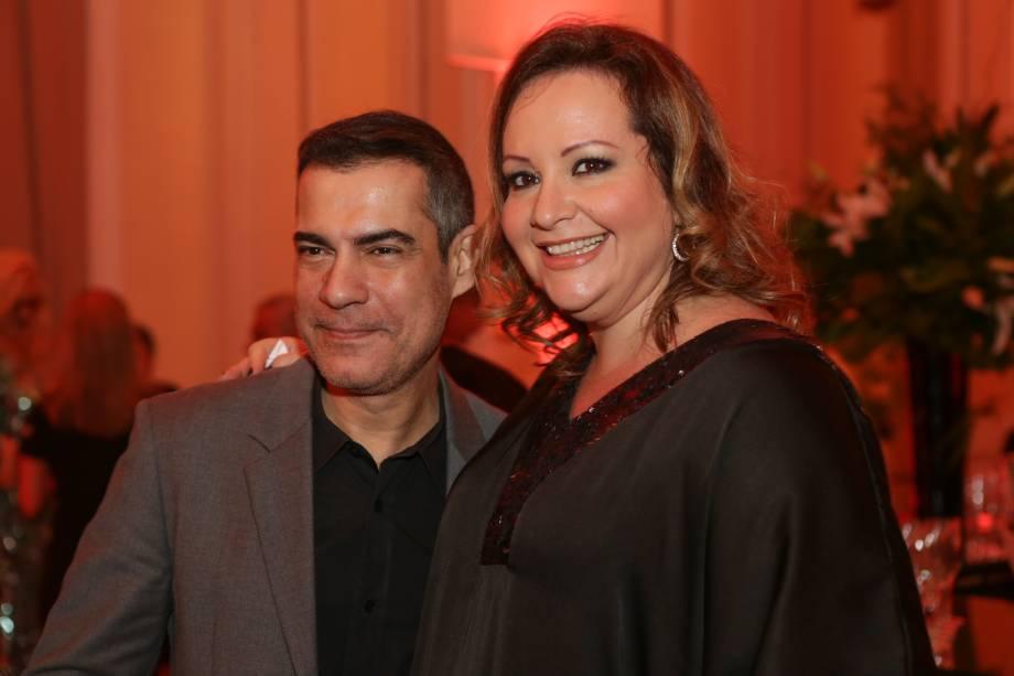 O diretor Claudio Botelho posa com a cantora Gottsha
