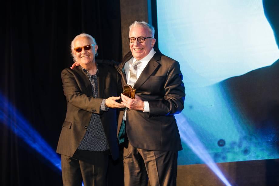 Marco Nanini recebe o prêmio da categoria Teatro das mãos de Ney Latorraca