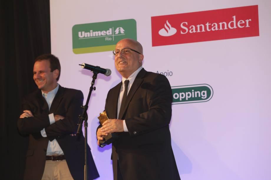 O prefeito Eduardo Paes entrega o prêmio na categoria Cultura a Emilio Kalil