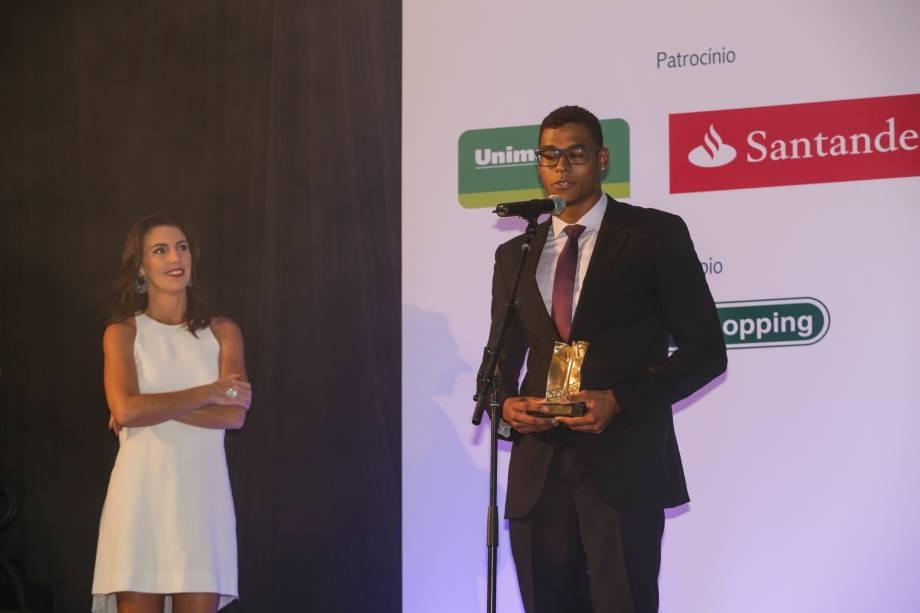 A jornalista Glenda Kozlowski entrega o prêmio na categoria Esporte ao nadador Matheus Santana