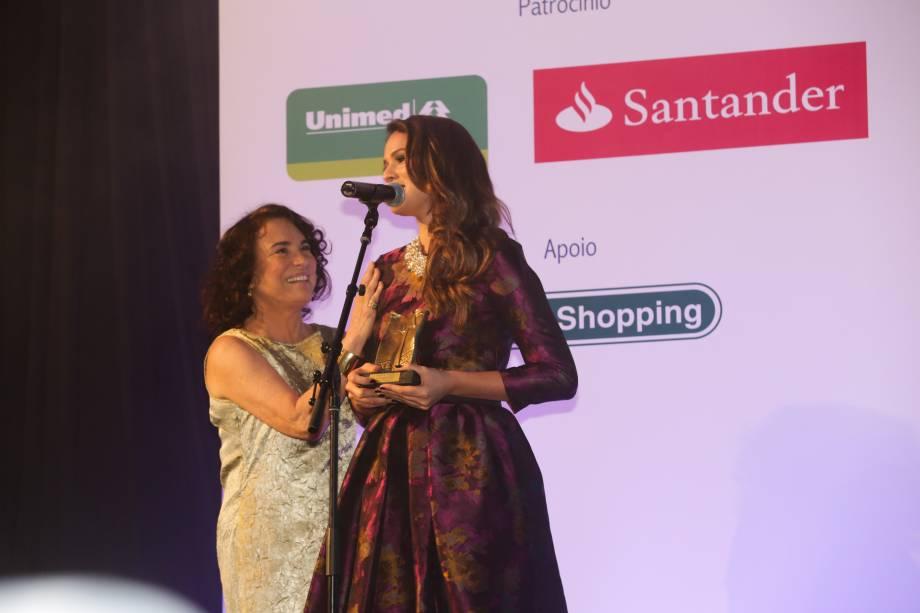 Bruna Marquezina recebe o prêmio de Atriz Revelação das mãos de Regina Duarte