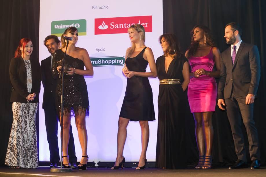 Os atores Josie Pessoa, Paulo Rocha, Cris Vianna, Ellen Jabour, Daniele Suzuki e Malvino Salvador entregam o prêmio da categoria Sociedade à promoter Carol Sampaio