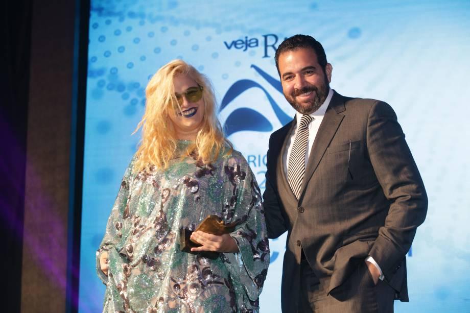 Rogério Gabriel Comprido entrega o prêmio na categoria Música à cantora Alice Caymmi