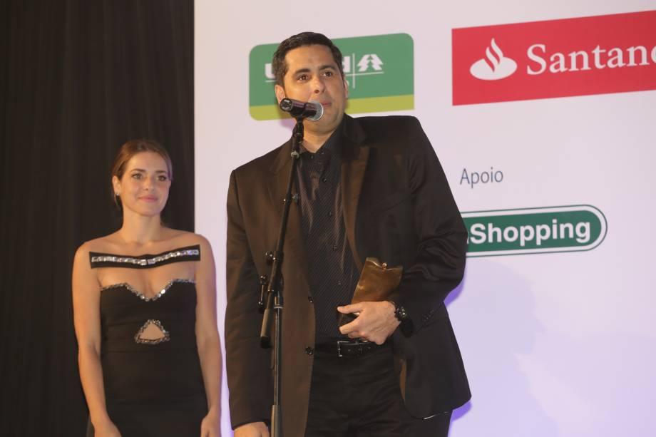 A atriz Monique Alfradique entrega o prêmio na categoria Negócios ao empresário Flavio Augusto da Silva