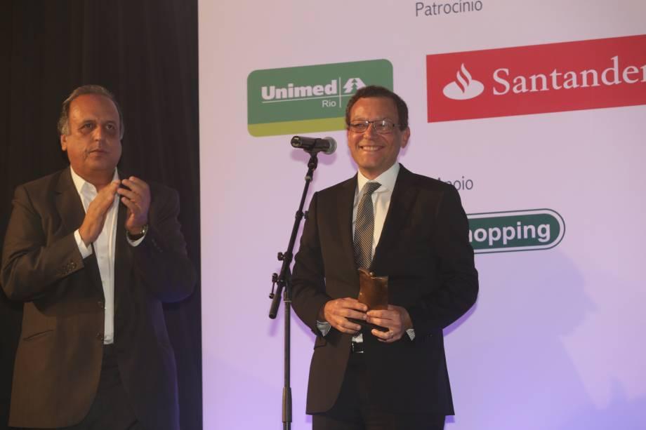 O governador Luiz Fernando Pezão entrega o prêmio na categoria Medicida ao Dr. Paulo Niemeyer Filho