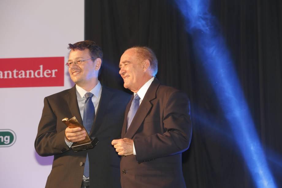 O diretor de redação de Veja Rio, Daniel Hessel, entrega o prêmio especial a Renato Aragão