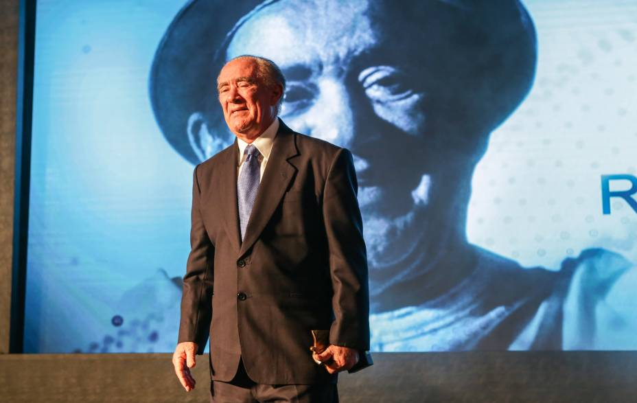 Renato Aragão se emociona ao ser aplaudido de pé pela plateia