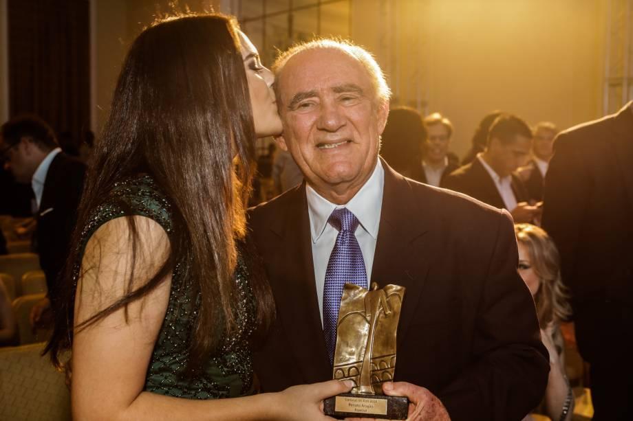 Renato Aragão recebe o carinho da filha Livian
