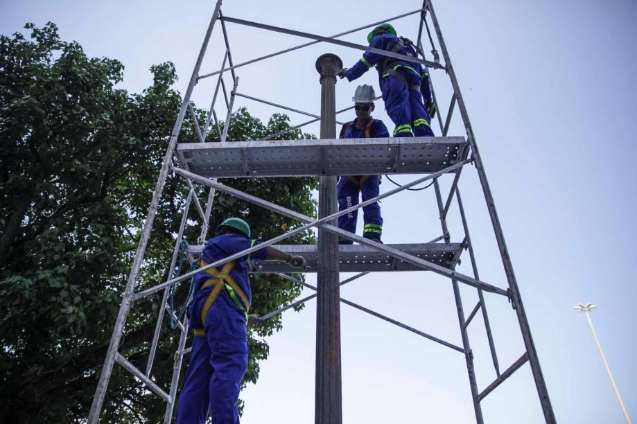 Profissionais especializados trabalham cuidadosamente para manter a originalidade dos postes de cinco metros em ferro fundido.