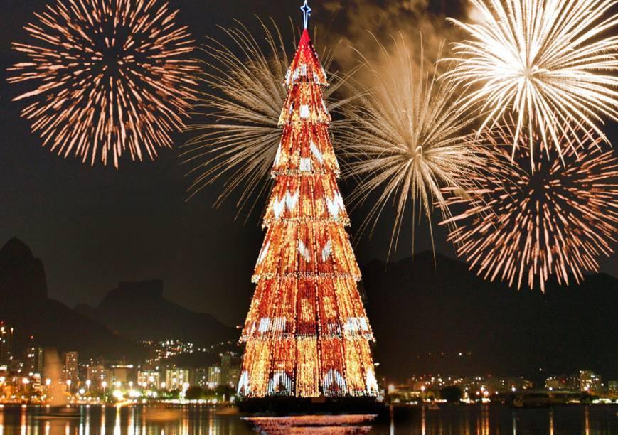 Do primeiro para o segundo ano, em 1997, o tamanho e as toneladas aumentaram. Foram 58 metros de árvore e 107 toneladas de magia natalina. Em tons dourados e prateados, a árvore cativou de vez os cariocas