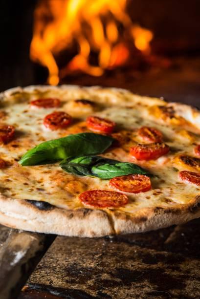 Giulia: molho de tomate, mussarela sem lactose, tomate de Pachino e manjericão