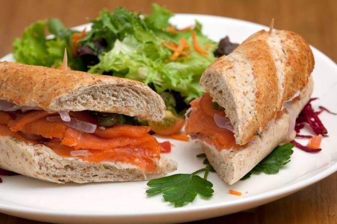 sanduiche-alaska-salmao-defumado-cebola-roxa-alcaparras-ao-molho-citrico.jpeg