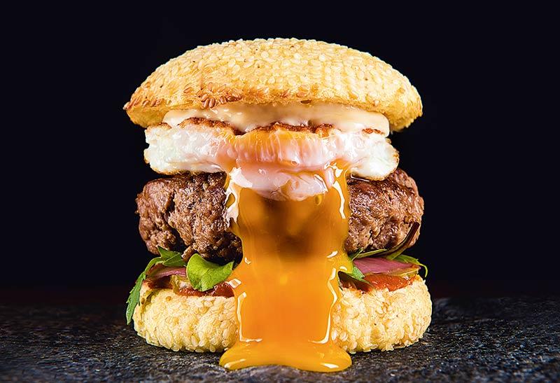 Pipo: carne, maionese defumada, ketchup de figo, picles de cebola, maxixe, salada e ovo frito (R$ 29,00)