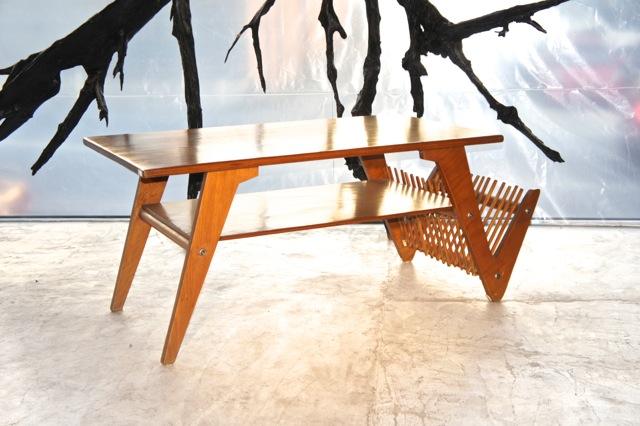 Mesa com revisteiro