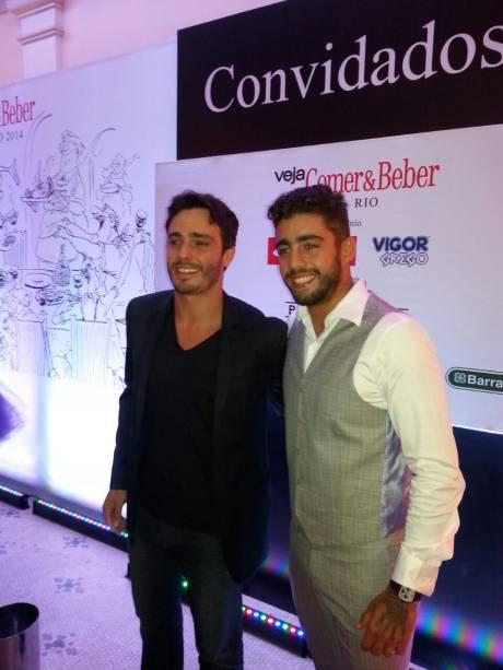 O ator Thiago Rodrigues e o surfista Pedro Scooby