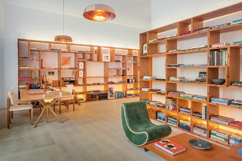 Atelier 35 A, de Lia Siqueira: uma espécie de biblioteca-ateliê foi montada com estantes modulares que possibilitam múltiplas composições
