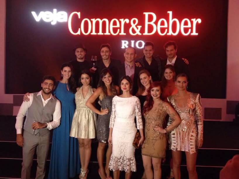 As celebridades que entregaram os prêmios da noite se reúnem no palco
