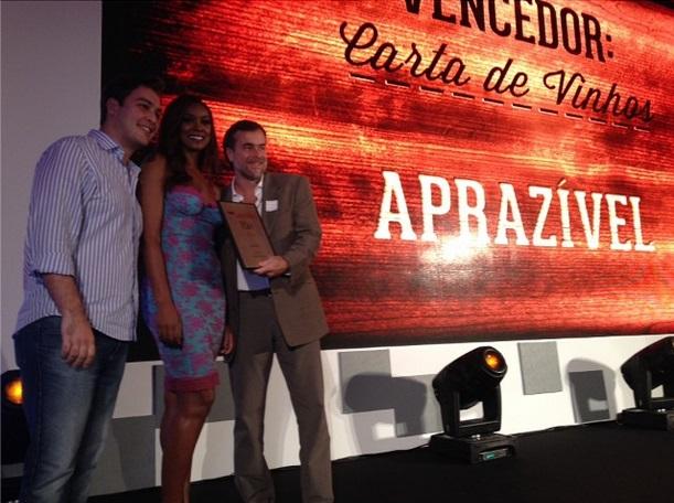 A atriz Cris Vianna entrega um dos prêmios da noite