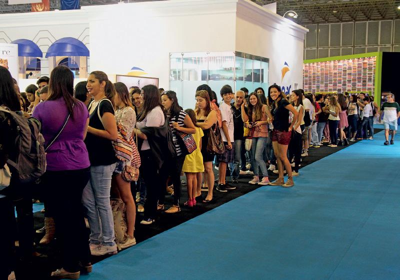 fila para autógrafos na Bienal do Livro de 2013