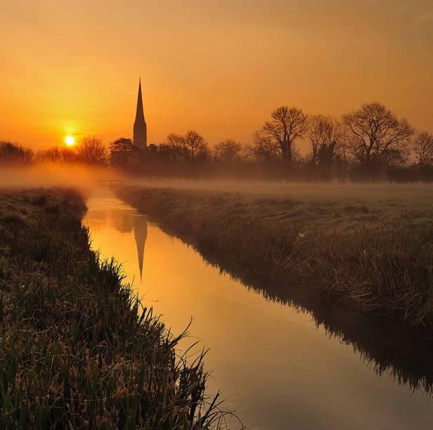 Próxima ao santuário de Stonehenge, a desconhecida Salisbury, no interior do Reino Unido, possui centro histórico e fulgurante vida noturna