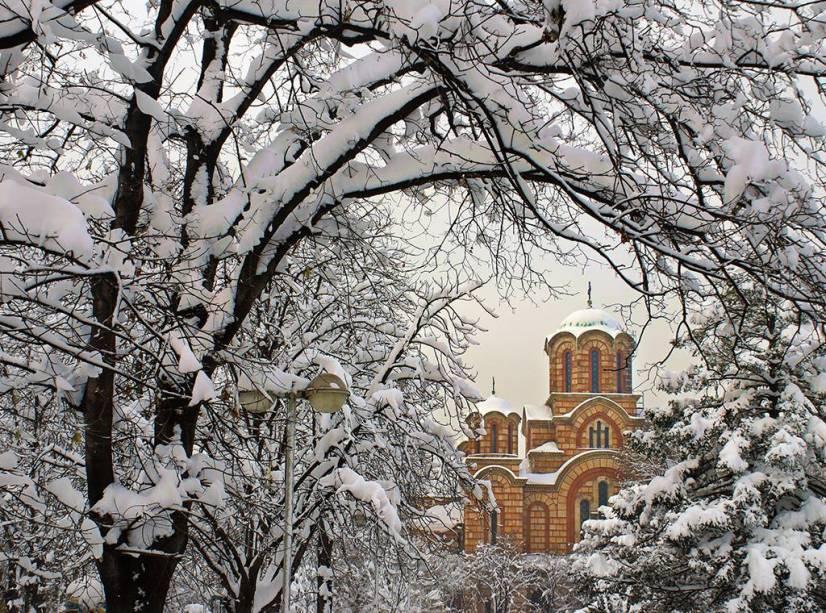 Com a democracia estabilizada, a Sérvia tem sua capital, Belgrado, repleta de vida cultural, enquanto o sul é caracterizado por montanhas e vilarejos