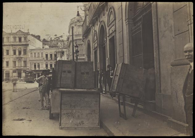 Mudança da Biblioteca Nacional do prédio da Rua do Passeio para a Avenida Rio Branco. Rio de Janeiro, 18 de janeiro de 1916