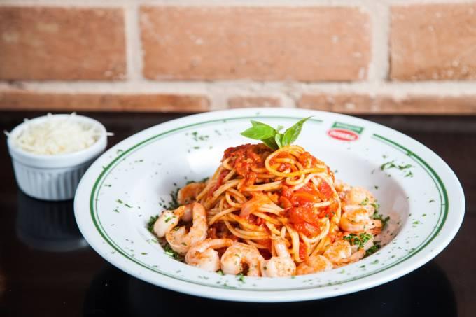 botequim-informal_espaguete-com-camaroes_credito-guto-queiroz-01.jpeg