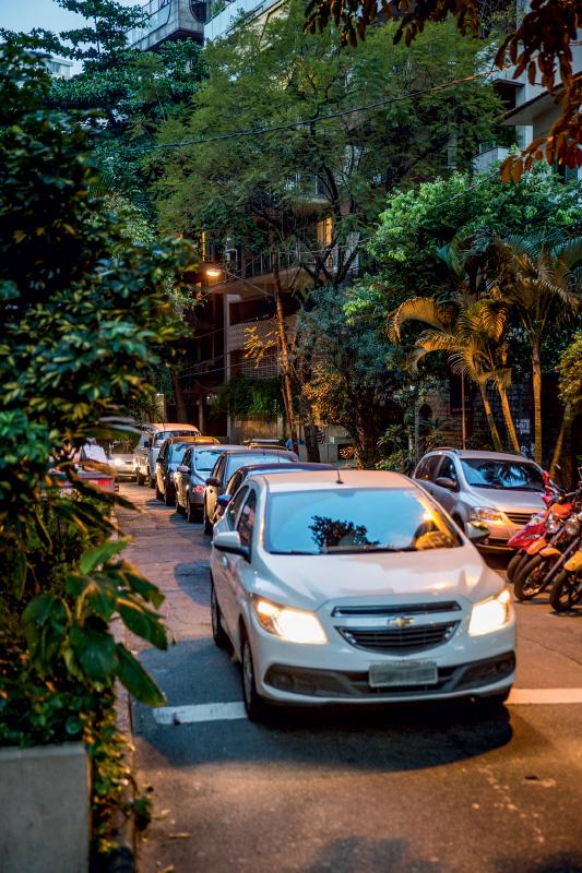 Fila de veículos na Desembargador Burle, no Humaitá: a dica é boa, mas afeta a tranquilidade da rua