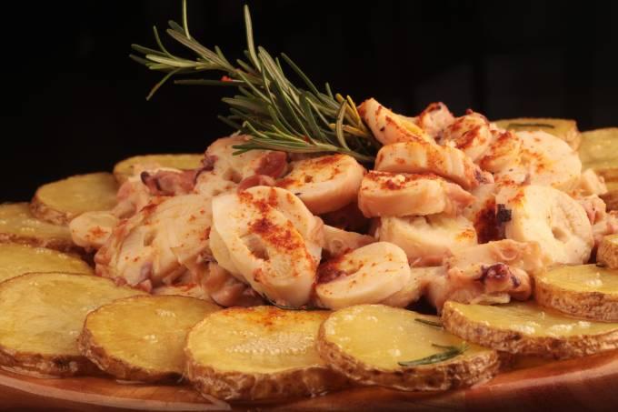pulpo-a-la-gallega-pedacos-macios-de-polvo-com-paprica-picante-acompanha-lascas-de-batata-cozida-berg-silva-jpg.jpeg