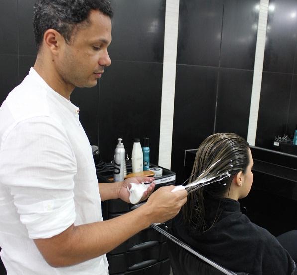 Após lavar os cabelos, desembarace e aplique a mousse Redken Curvaceous Wave Ahead em grande quantidade da raiz até as pontas.<br>