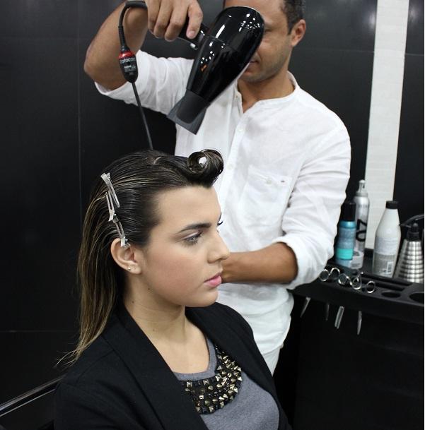 Seque toda a extensão do cabelo com o secador para o mousse secar mais rápido.<br>