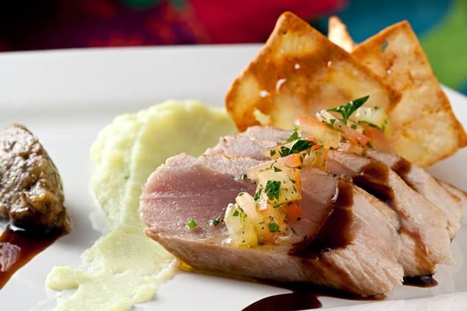 prosa-na-cozinha_prato-principal_atum-selado-com-pure-de-wasabi-caviar-de-berinjela-e-chips-de-queijo-coalho_foto-rodrigo-azevedo-03.jpeg