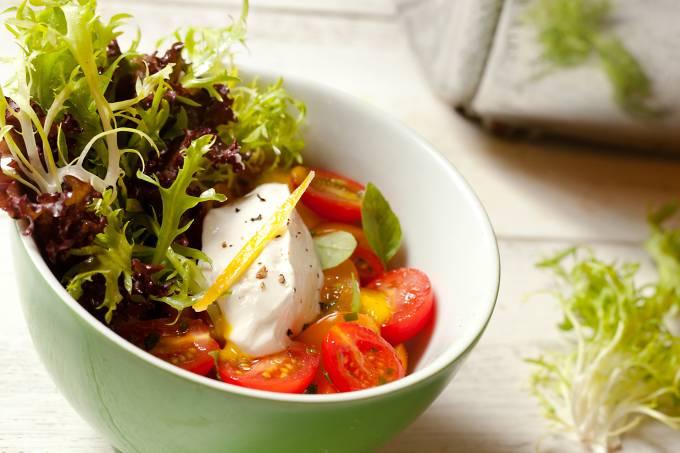 meza-bar_tomatinhos-marinados-com-coalhada-e-folhas-verdes-rio-foto.jpeg