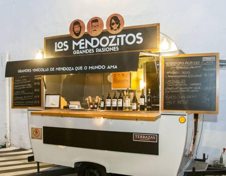 Los Mendozitos oferece vinhos de vinícolas familiares de Mendoza.