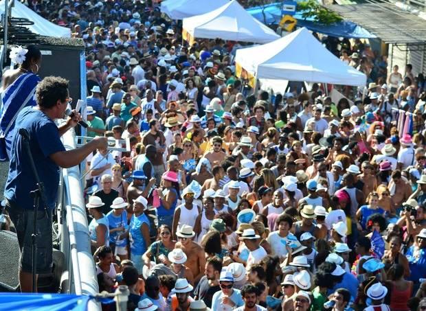 marquinhos_de_oswaldo_cruz_cantando_na_feira_das_yabas_com_timoneiros_da_viola.jpeg