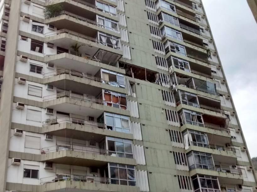 Os destroços da explosão de um prédio em São Conrado, na manhã de segunda (18)