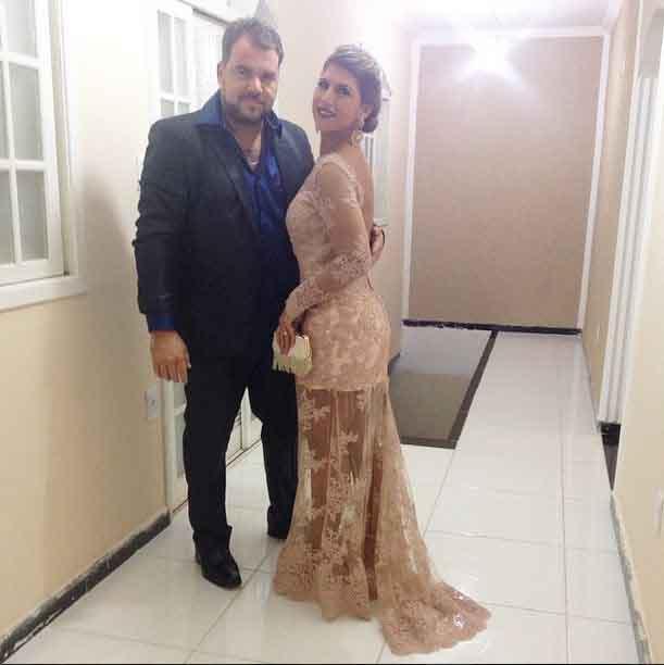 Suzana, a irmã do noivo, e o marido