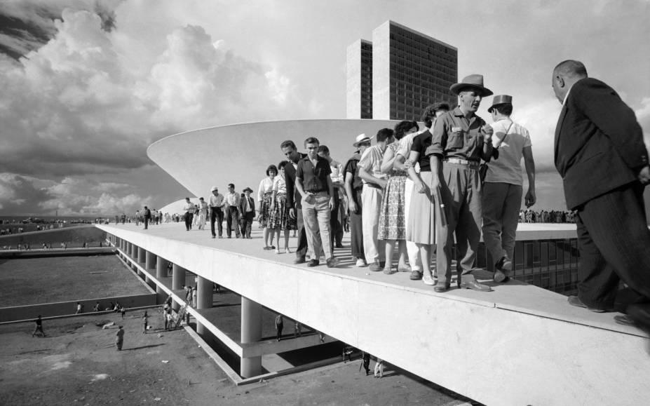 Populares sobre cobertura do palácio do Congresso Nacional no dia da inauguração de Brasília, 21 de abril de 1960: foto de Thomaz Farkas