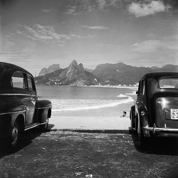 A Pedra da Gávea, o morro Dois Irmãos e as praias de Ipanema e do Leblon, Rio de Janeiro, 1952: foto de José Medeiros
