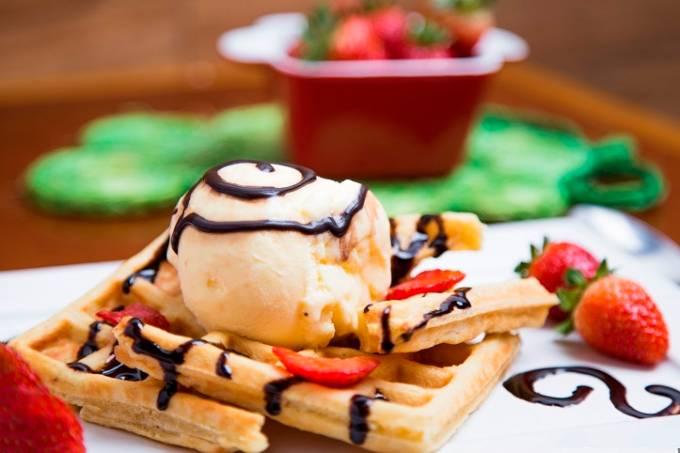 waffle-com-morango-sorvete-e-calda-de-chocolate-cred-joaopedrohachiya.jpeg