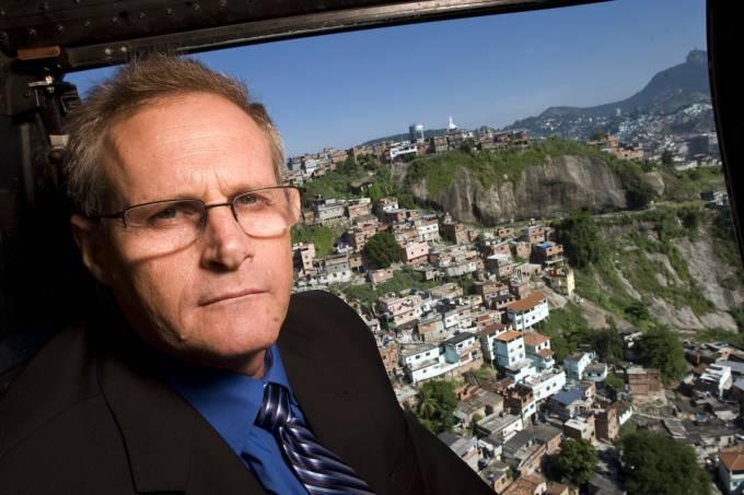 jose-mariano-beltrame-secretario-de-seguranca-do-estado-sobrevoando-a-favela-d_-42799330.jpeg