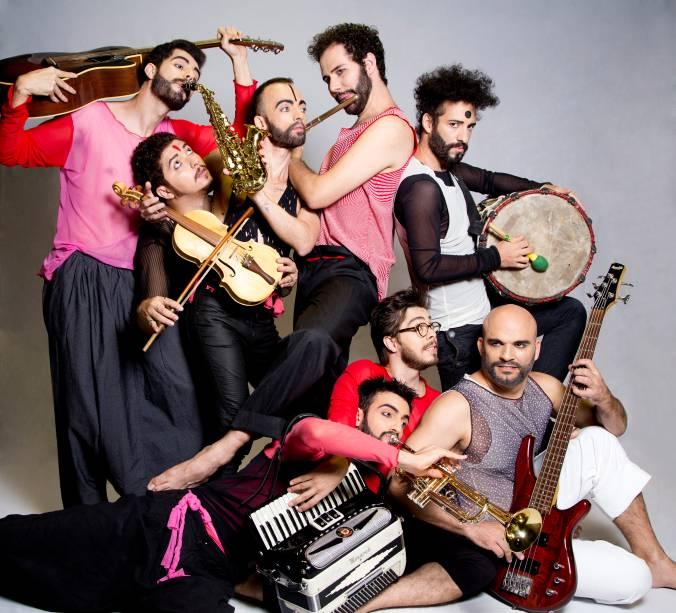 O elenco de Auê: musical da companhia Barca dos Corações Partidos