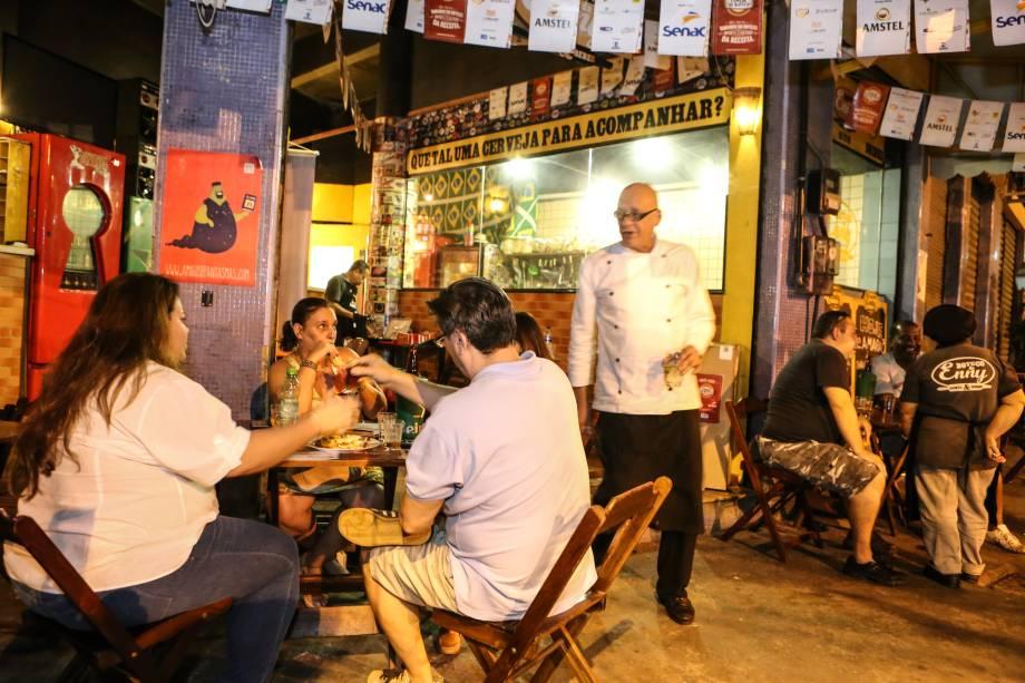 Sardou, em pé na foto: chef e dono do Boteco da Enny